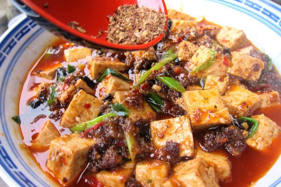 alles in eine Schale füllen, Sichuanpfeffer obendrauf