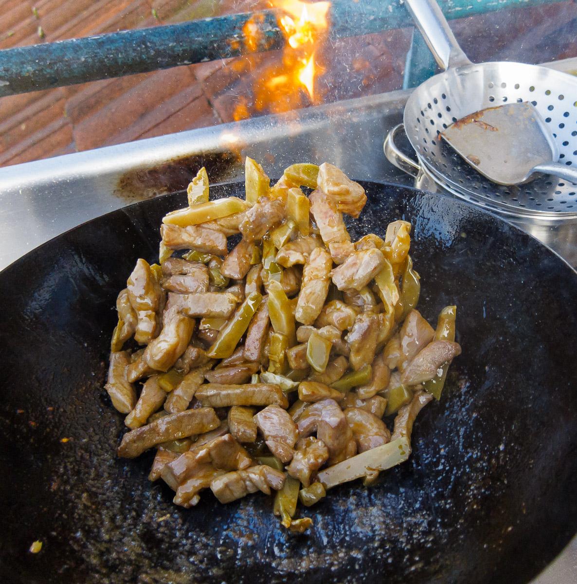 Fleisch und Sichuangemüse braten