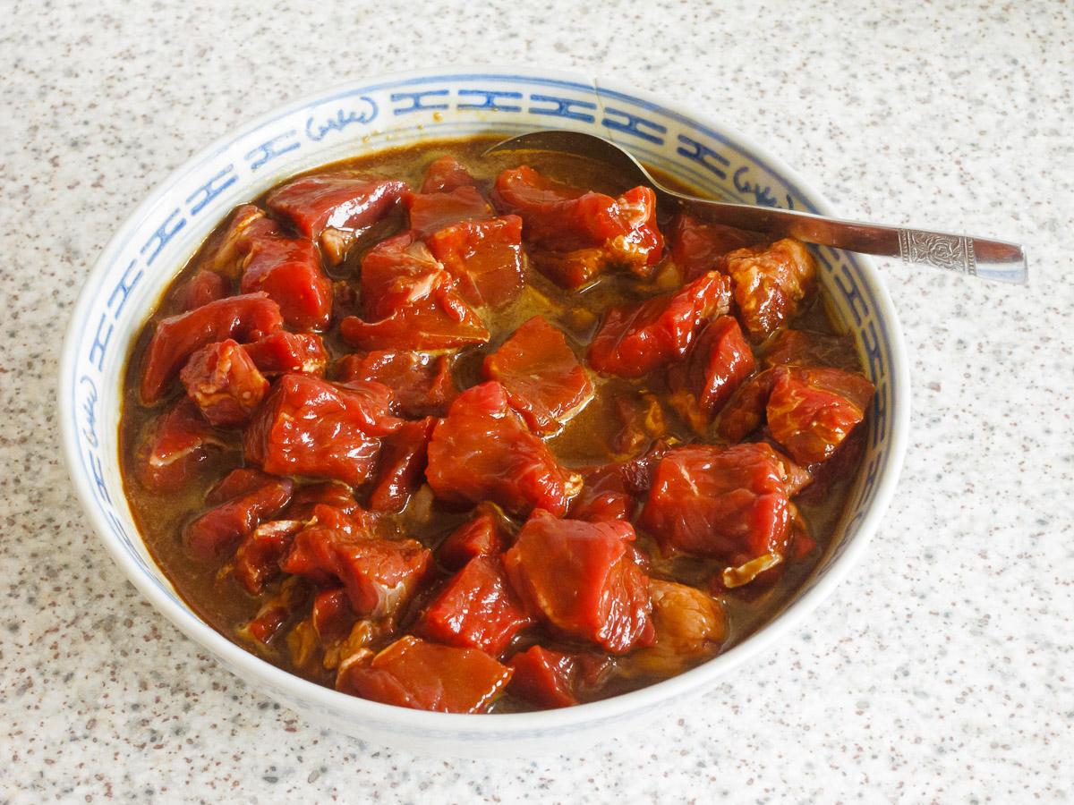 Fleisch geschnitten und mariniert