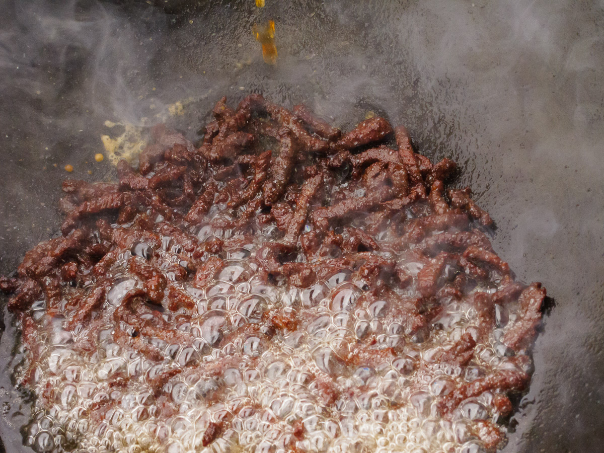 Reiswein zum knusprigen Fleisch gießen