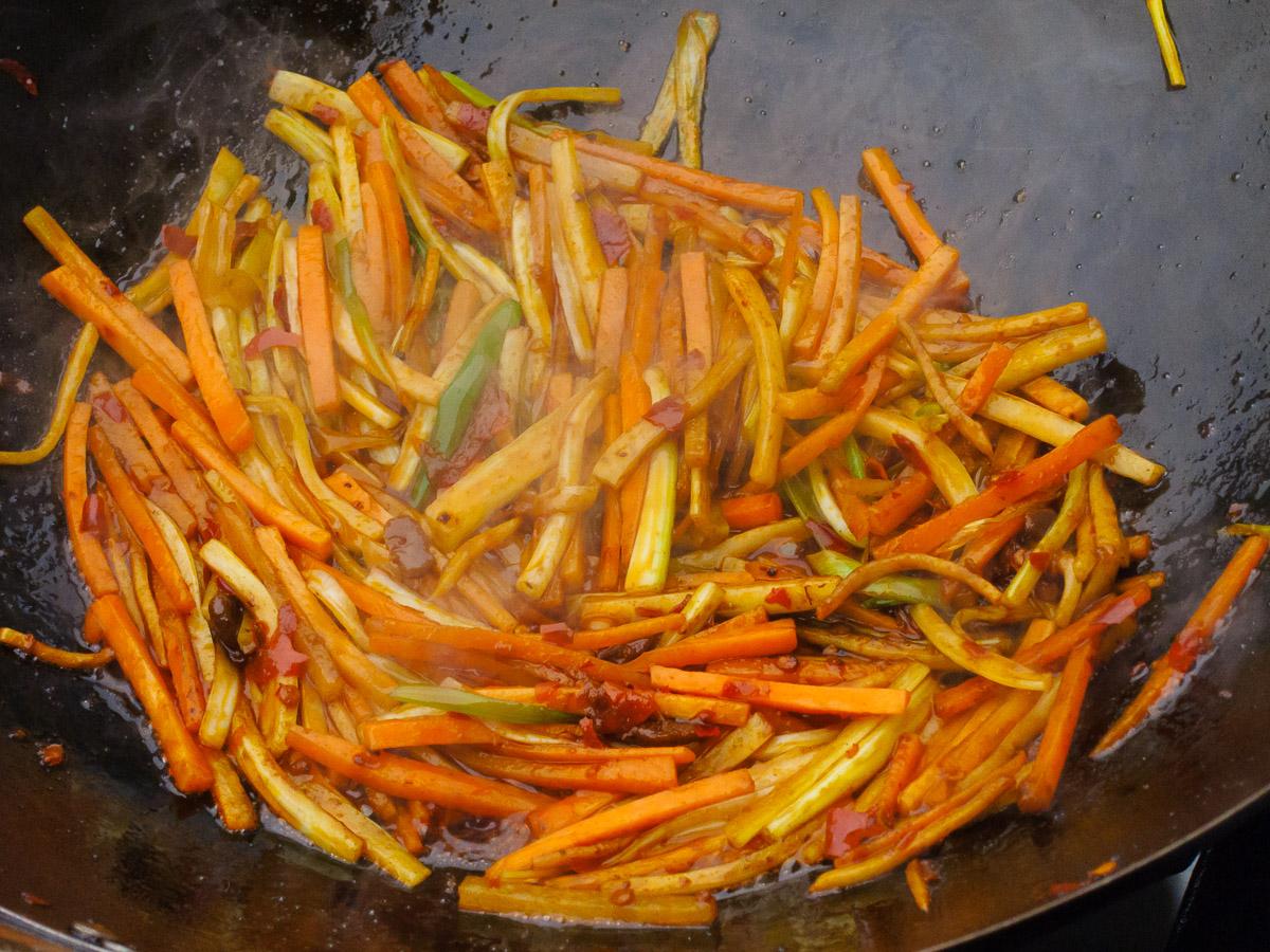 Sellerie und Karotten dazugeben