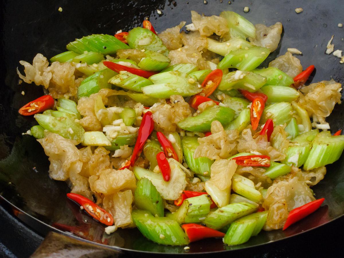 Knoblauch, Ingwer und Chilis mitbraten