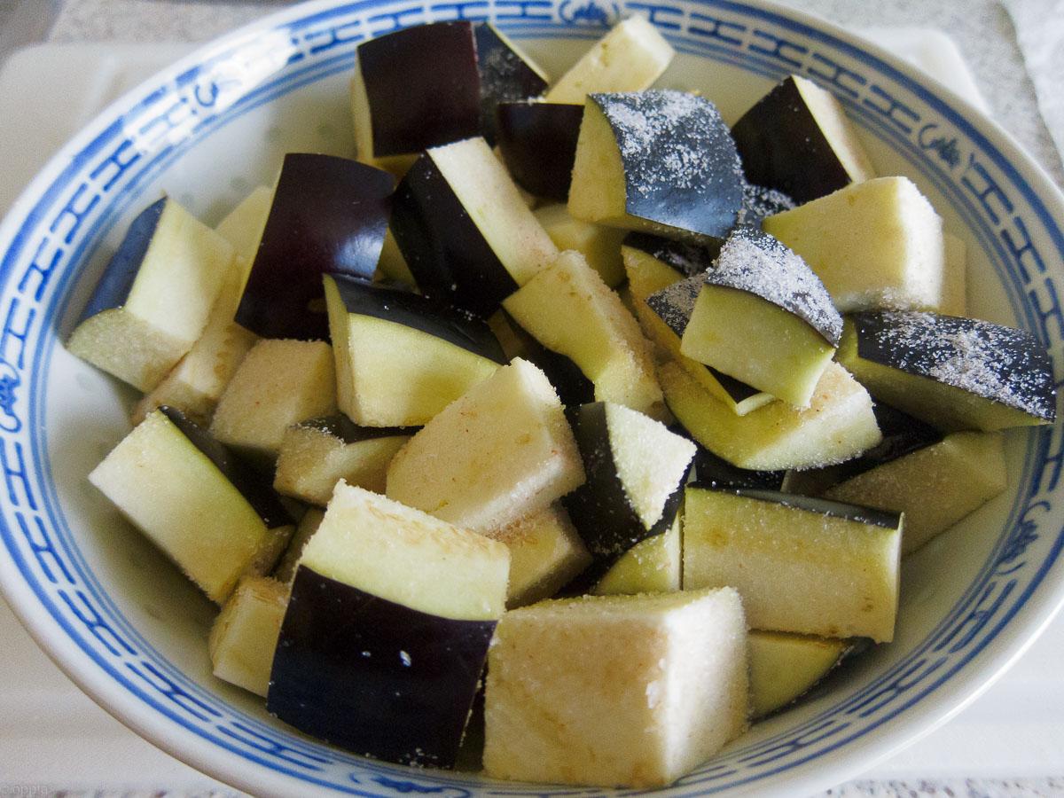 Auberginen geschnitten und gesalzen