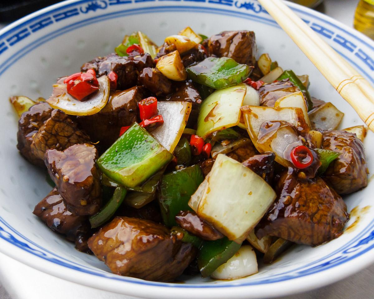 Rindfleisch mit Paprika, Zwiebeln und Chilis