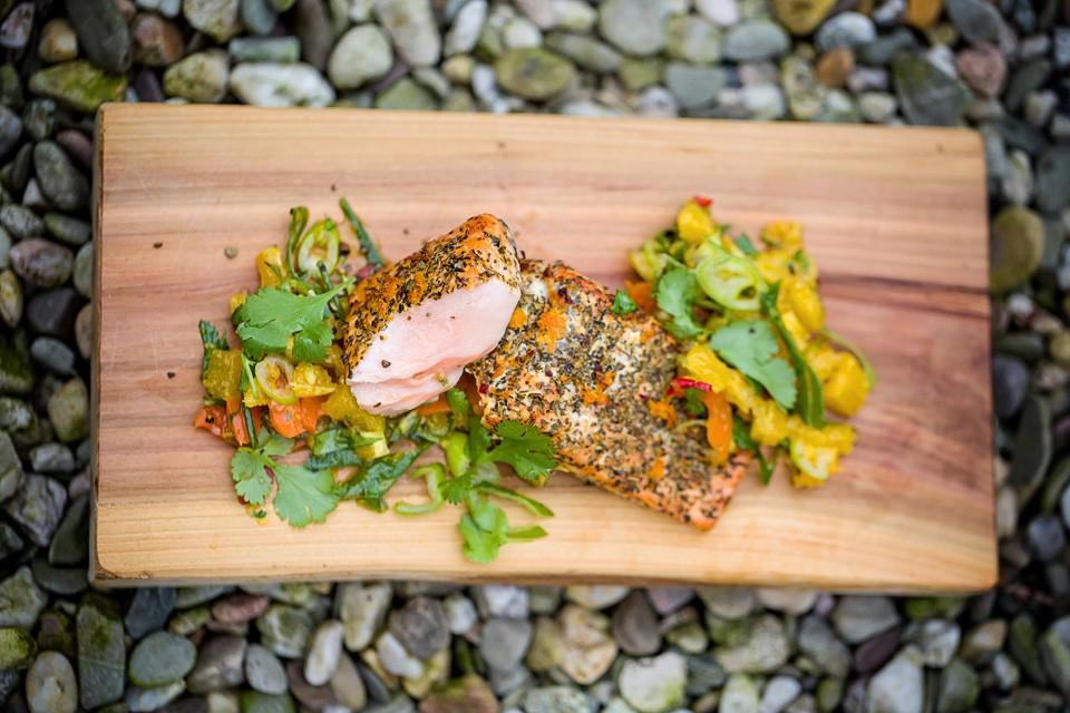 Lachs auf Planke mit Orangensalsa